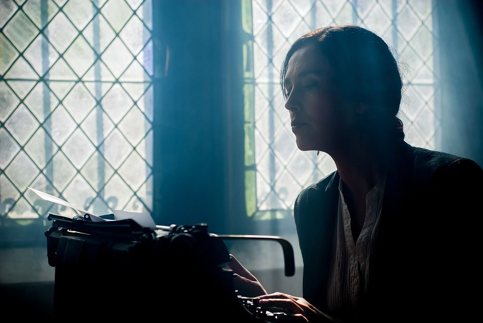 donna che scrive un annuncio mortuario